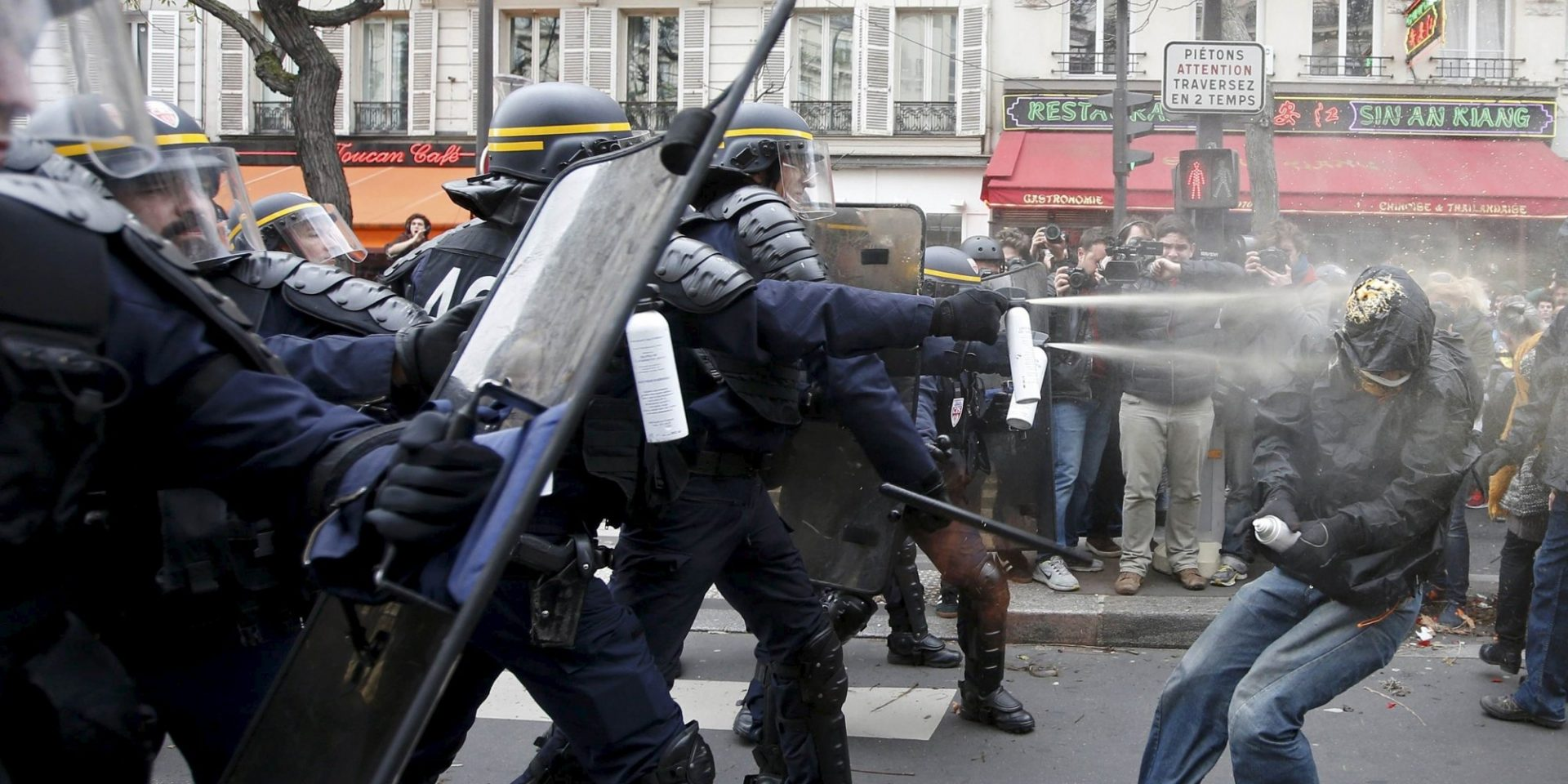 Demonstrators clash with CRS riot policemen near the Place de la Republique after the cancellation of a planned climate march following shootings in the French capital, ahead of the World Climate Change Conference 2015 (COP21), in Paris, France, November 29, 2015.            REUTERS/Eric Gaillard      TPX IMAGES OF THE DAY