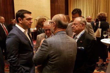 Ο πρωθυπουργός Αλέξης Τσίπρας (Α) συνομιλεί με Έλληνες επιχειρηματίες μετά την άφιξή του, στο Πεκίνο, το Σάββατο 2 Ιουνίου 2016. Ο πρωθυπουργός έφτασε στο Πεκίνο, επικεφαλής πολυμελούς ελληνικής κυβερνητικής αντιπροσωπείας και με τη συμμετοχή περίπου 40 Ελλήνων επιχειρηματιών. ΑΠΕ-ΜΠΕ/ΑΠΕ-ΜΠΕ/STR