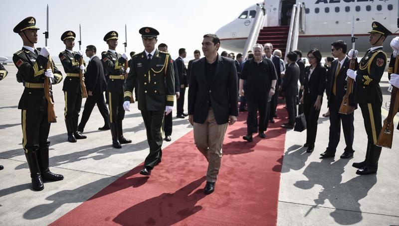 Από την υποδοχή που επεφύλαξαν στον πρωθυπουργό Αλέξη Τσίπρα (Κ) κατά την άφιξή του στο αεροδρόμιο του Πεκίνου, το Σάββατο 2 Ιουνίου 2016. Ο πρωθυπουργός έφτασε στο Πεκίνο, επικεφαλής πολυμελούς ελληνικής κυβερνητικής αντιπροσωπείας και με τη συμμετοχή περίπου 40 Ελλήνων επιχειρηματιών. ΑΠΕ-ΜΠΕ/ΓΡΑΦΕΙΟ ΤΥΠΟΥ ΠΡΩΘΥΠΟΥΡΓΟΥ/Andrea Bonetti