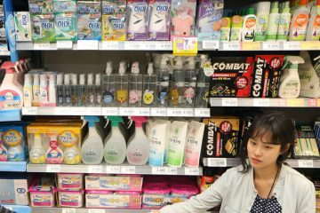 epa05289044 Members of the Korean Federation for Environmental Movement (KFEM) call for a boycott of products made by Oxy Reckitt Benckiser Korea at a supermarket in Seoul, South Korea, 04 May 2016. Reckitt Benckiser's humidifier sterilizers Oxy are blamed for the deaths of more than 100 people from their toxic chemicals. The company has apologized and promised compensation for the victims of the toxic humidifier sterilizer.  EPA/YONHAP SOUTH KOREA OUT