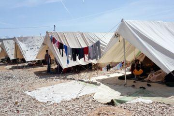 (Ξένη Δημοσίευση) Σκηνές στο Κέντρο Φιλοξενίας στο Κατσικά Ιωαννίνων, όπου επισκέφθηκε ο Αναπληρωτής Υπουργός Εθνικής Άμυνας Δημήτρης Βίτσας (ΔΕΝ ΕΙΚΟΝΙΖΕΤΑΙ), Κυριακή 17 Απριλίου 2016. Ο κ. Βίτσας πραγματοποίησε επίσκεψη «εργασίας», όπως ο ίδιος την χαρακτήρισε σε δηλώσεις του, στο Κέντρο φιλοξενίας στο Κατσικά, όπου είχε την ευκαιρία να συνομιλήσει με πρόσφυγες και να ακούσει τα προβλήματα τους. Κατά την άφιξη στο κέντρο, μικρά προσφυγόπουλα τον υποδέχτηκαν με λουλούδια, αλλά και ένα τραγούδι για την ειρήνη, την αγάπη και τη παιδική τους αθωότητα. ΑΠΕ-ΜΠΕ/ΓΡΑΦΕΙΟ ΤΥΠΟΥ ΥΠΕΘΑ/STR