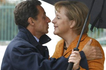 German Chancellor Angela Merkel (R) welcomes French President Nicolas Sarkozy at the government guest house 'Schloss Meseberg', some 70 kilometres (43.5 miles) north of Berlin September 10, 2007.      REUTERS/Tobias Schwarz     (GERMANY)