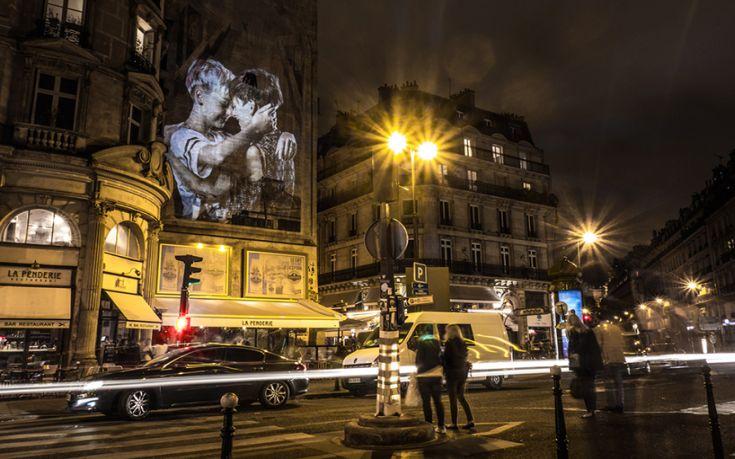 julien-nonnon-digital-street-art-paris-couples-kissing-designboom-04