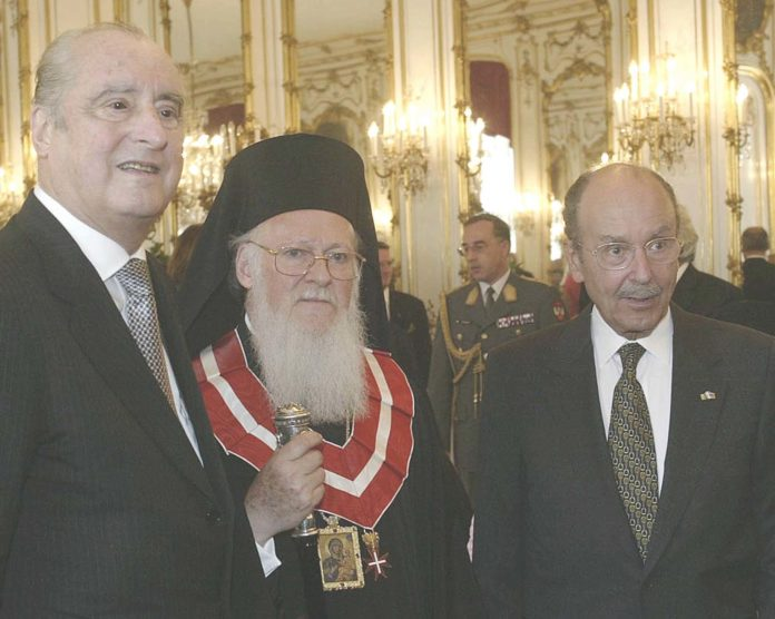 ÁÕÓÔÑÉÁ-ÅÐÉÓÊÅØÇ ÔÏÕ ÅËËÇÍÁ ÐÑÏÅÄÑÏÕ ÔÇÓ ÄÇÌÏÊÑÁÔÉÁÓ ÓÔÇ ÖÙÔÏ ÁÐÏ ÁÑÉÓÔÅÑÁ Ï ÐÑÏÅÄÑÏÓ ÔÇÓ ÁÕÓÔÑÉÁÓ  ÔÏÌÁÓ ËÅÓÔÉË ÊÁÉ Ï ÐÁÔÑÉÁÑ×ÇÓ ÂÁÑÈÏËÏÌÁÉÏÓ. Austrian President Thomas Klestil, left, decorates the spiritual leader of the world's Orthodox Christians Patriarch Bartholomew I with a medal on Saturday, June 19, 2004 in Hofburg castle in Vienna. (AP Photo/Hans Punz)