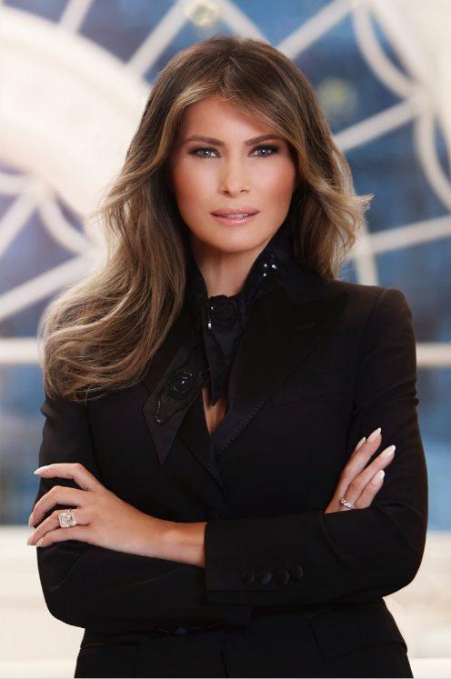 Αυτό είναι το επίσημο πορτρέτο της Πρώτης Κυρίας των ΗΠΑ. Χιλιάδες φλας έχουν ανάψει για χάρη της Μελάνια Τραμπ.