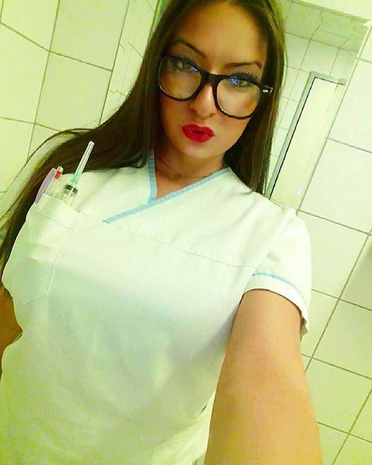 Η Εύα είναι νοσοκόμα με καταγωγή από την Κατερίνη, αλλά ζει και εργάζεται σε νοσοκομείο της Θεσσαλονίκης, και προκαλεί πανικό στους φίλους της όταν ανεβάζει φωτογραφίες της με το πληθωρικό μπούστο της.
